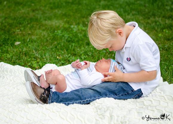 Older Brother and Newborn Pose Yenma K. Photography