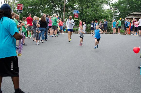 Children running in the Harrisburg Noodle Run 2014